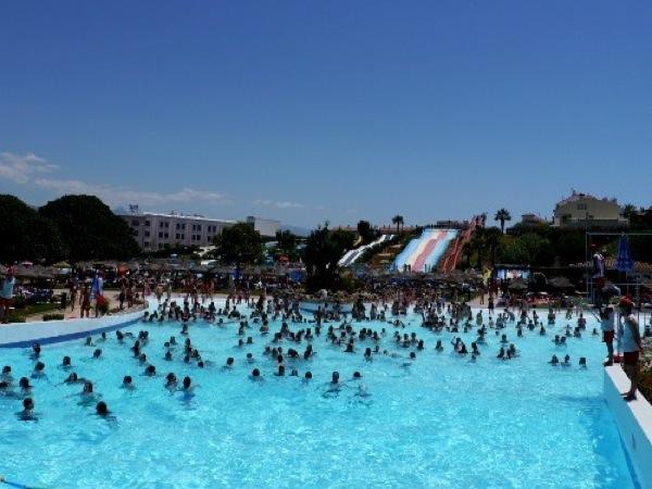 Aquavelis parque acu tico en torre del mar m laga for Piscina torre del mar