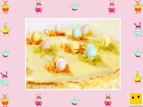 Decoración de tartas de pascua. Pastel de crema con huevos