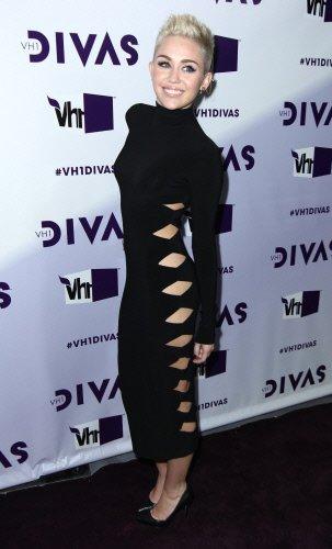 La nueva imagen de Hannah Montana con vestido negro largo y con aberturas laterales