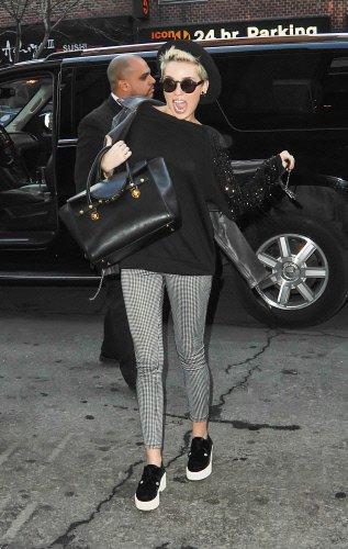 La nueva imagen de Hannah Montana con silp-on, gafas y boina color negro