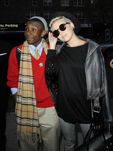 La nueva imagen de Hannah Montana. A la chica le gusta el negro