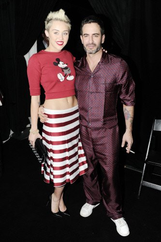 La nueva imagen de Hannah Montana con falda a rayas y top rojo