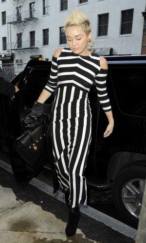 La nueva imagen de Hannah Montana con botines y bolso de cuero negro