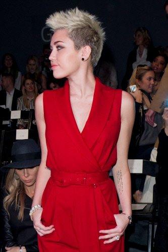 La nueva imagen de Hannah Montana con vestido rojo y de perfil