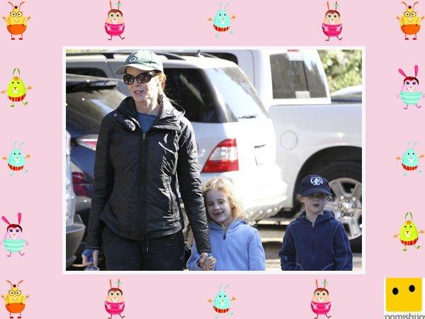 La actriz Marcia Cross camina junto a sus hijas gemelas