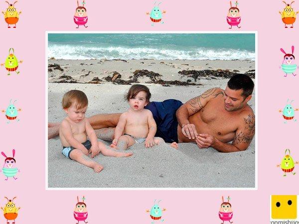 El cantante Ricky Martin posa con sus hijos mellizos en la playa