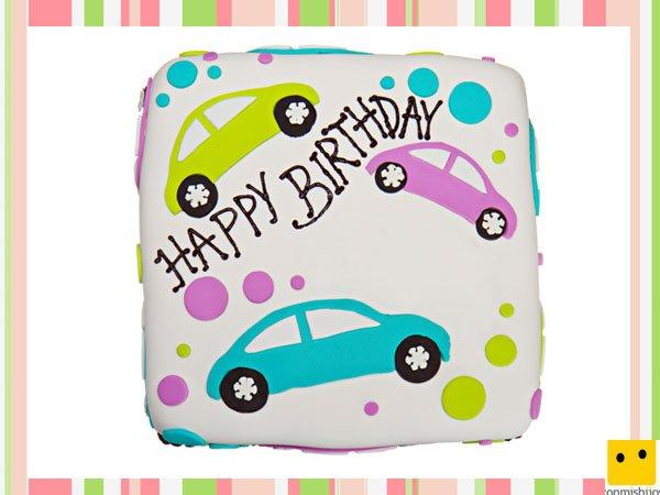 Tarta de cumpleaños con coches de fondant