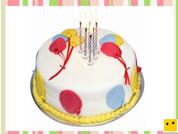 Tarta decorada con globos de fondant para cumpleaños