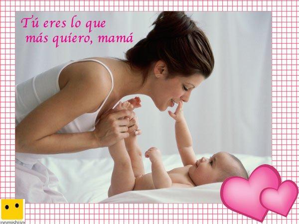 Mamá cuidando a su bebé. Postales del Día de la Madre