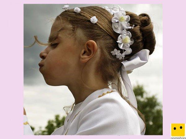 Moño trenzado con flores. Peinados de Primera Comunión para niñas