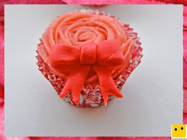Cupcake con lazo y buttercream para el Día de la Madre
