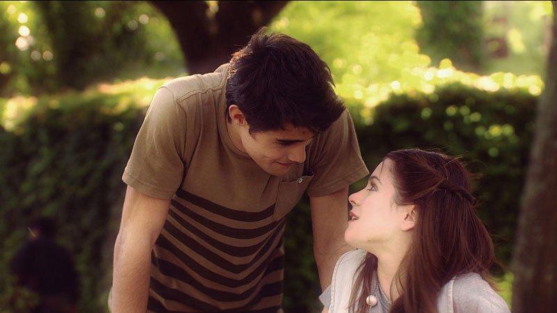Violeta y Tomás en un momento romántico
