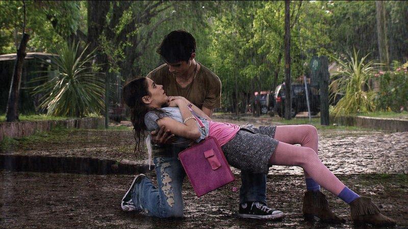 Tomás y Violetta bajo la lluvia, escena de Disney Channel