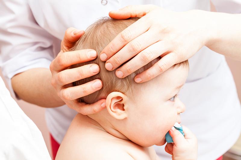 ¿Cómo se llama cuando un bebé nace con agua en el cerebro?