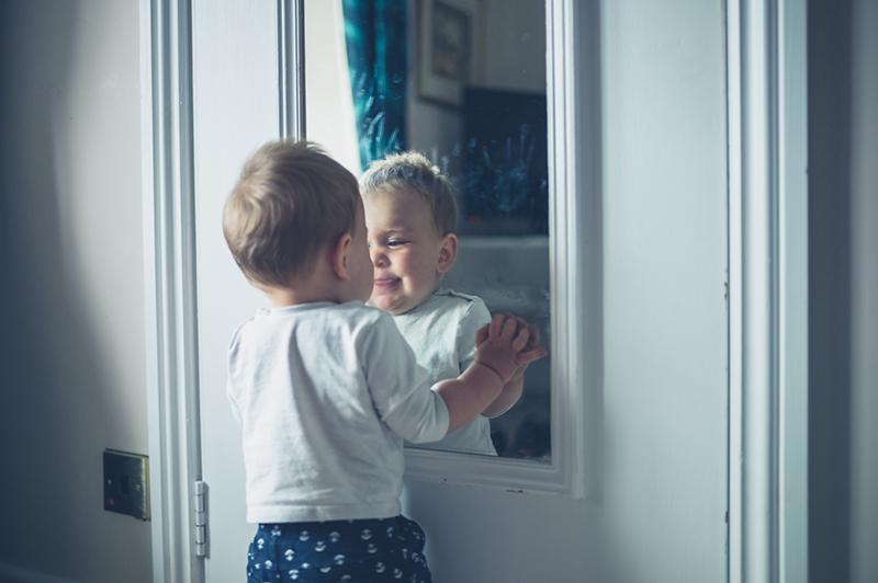 Qué piensa el bebé al verse en el espejo?