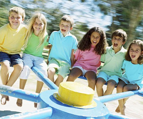 Niños jugando, una divertia postal virtual para niños