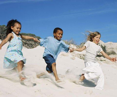 Niños corriendo, postal virtual para enviar gratis
