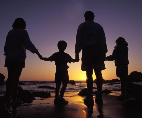 Tarjetas virtuales gratuitas: Familia al atardecer