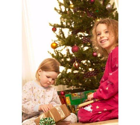 Regalos en el árbol de Navidad. Tarjeta virtual navideña