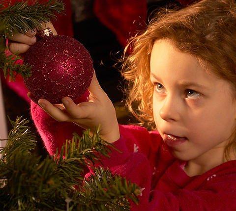 Christmas virtual de una niña decorando el árbol de Navidad