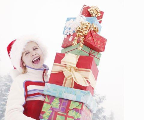 Niña con regalos de Navidad. Una postal virtual para enviar a la familia