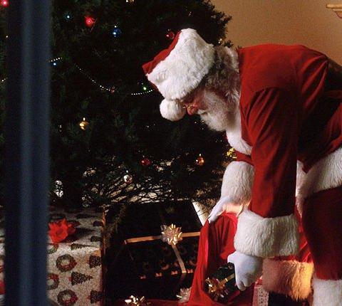 Tarjeta virtual de Papá Noel dejando juguetes a los niños