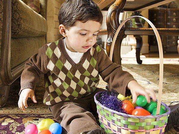 Niño con cesta de huevos de Pascua. Tarjeta virtual para los niños