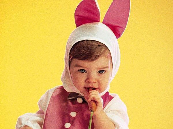 Niña disfrazada de conejo de Pascua. Tarjeta virtual para los niños