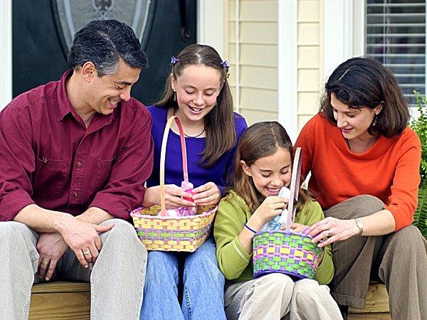 Familia buscando los huevos de Pascua. Tarjeta virtual para los niños