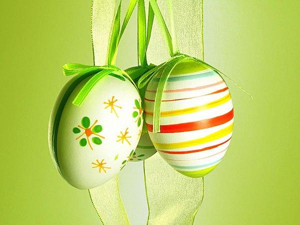 Huevos de Pascua en verde. Tarjeta virtual para los niños