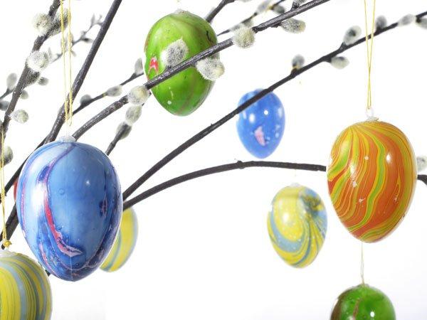 Árbol con huevos de Pascua. Tarjeta virtual para los niños