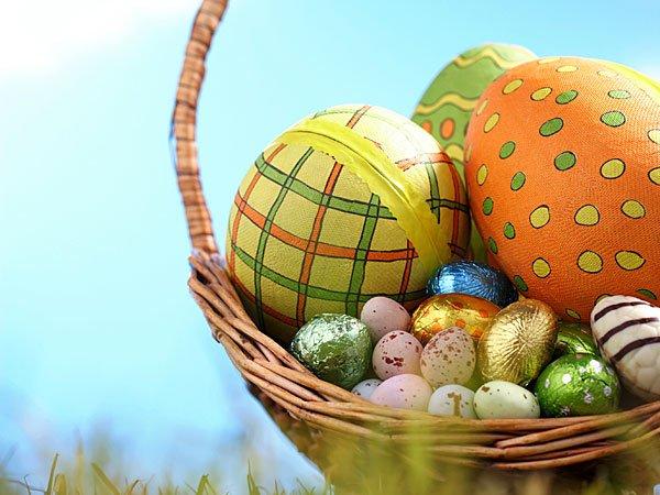 Cesta de huevos de Pascua. Tarjeta virtual para los niños