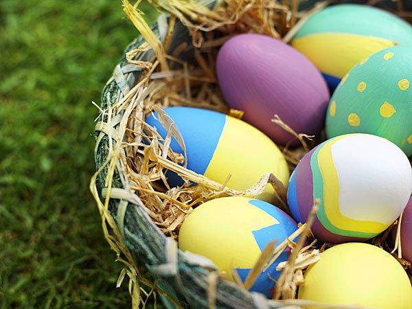 Nido con huevos de Pascua. Tarjeta virtual para los niños