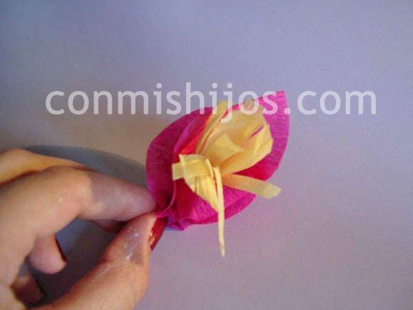 Flores de papel pinocho. Manualidades decorativas para niños