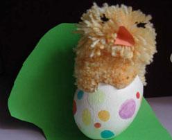 Pollito en su cáscara. Manualidades con huevos para niños