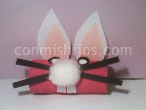 Conejo de Pascua con rollos de cartón. Manualides infantiles
