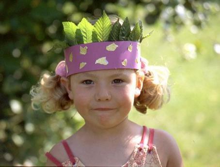 Corona de hojas. Manualidad infantil para regalos