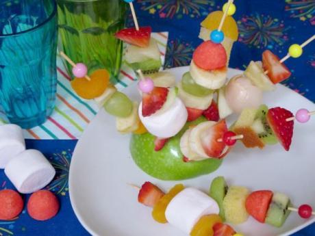 Mini brochetas dulces. Postres con frutas para niños