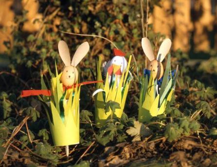Conejos de Pascua y gallina de primavera: manualidad para niños