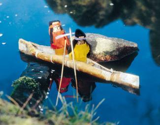 Indios en su canoa