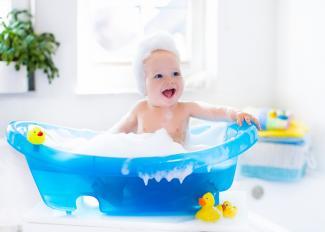 Cómo bañar a un bebé: consejos imprescindibles