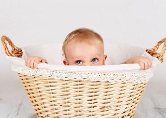 Precauciones a tener con los bebés curiosos