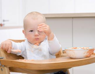 Mi hijo juega con la comida
