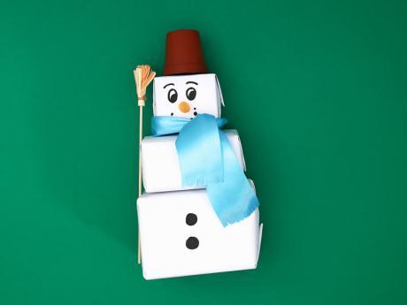 Muñeco de nieve con papel. Manualidades infantiles de Navidad