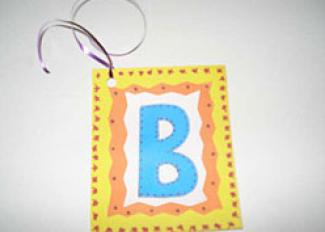 Etiquetas con la inicial del nombre. Manualidades para el colegio