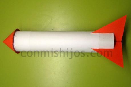 Cohete con tubo de papel higiénico, manualidad infantil rápida
