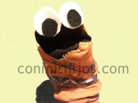 Calcetín marioneta. Manualidades de reciclaje