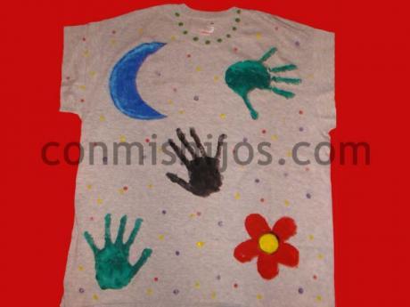 Camiseta pintada. Manualidades de reciclaje para niños