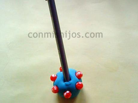 Porta bolígrafos. Manualidades con plastilina para niños