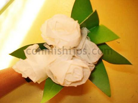 Ramo de rosas. Manualidad con servilletas o papel de cocina
